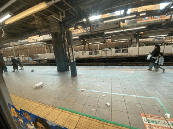 埼京線の恵比寿駅の人身事故でホームに紙袋が散乱している現場の画像