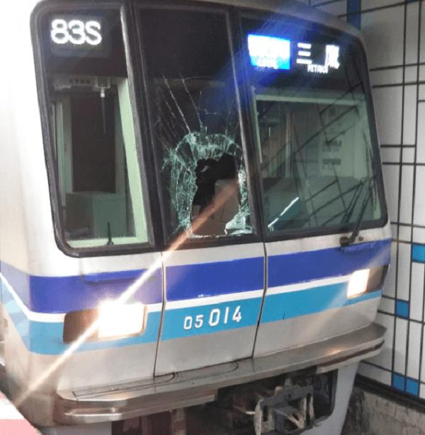 茅場町駅の人身事故でフロントガラスが破損している現場の画像