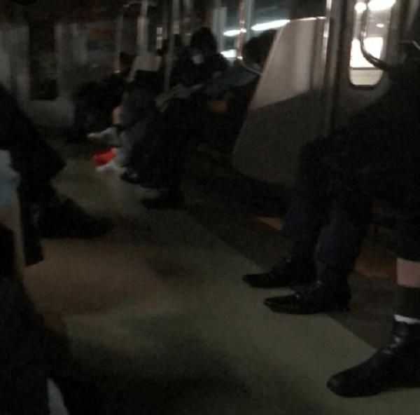 京王線の八幡山駅~芦花公園駅間の人身事故で緊急停止した電車内の画像