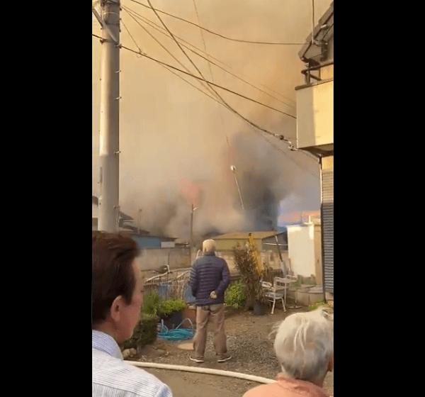 本庄市東台の建物が炎上している火災現場の画像