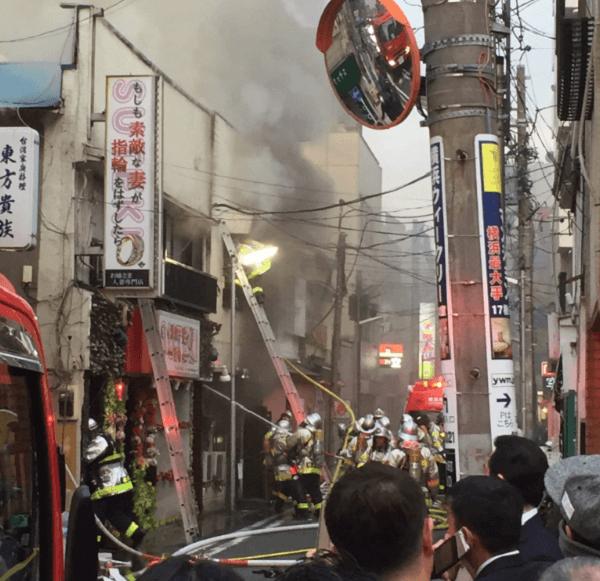 曙町の親不孝通りの住宅火災で消火活動している画像