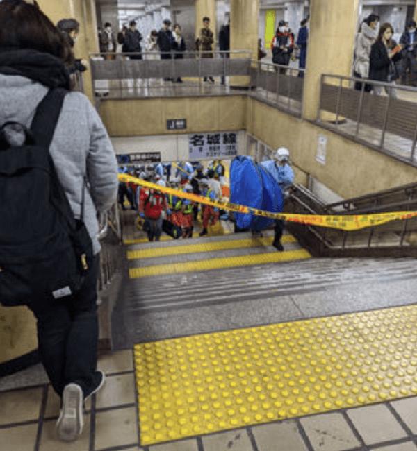 上前津駅の人身事故で負傷者を運び出している画像