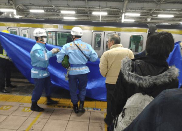 秋葉原駅の人身で救護活動している画像
