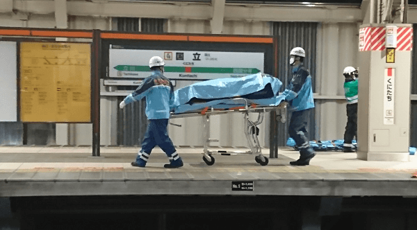 国立駅の人身事故で負傷者をストレッチャーで運んでいる画像