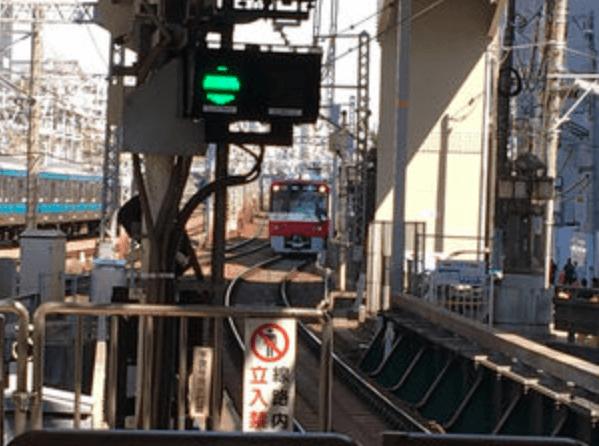 京急本線の神奈川駅の人身事故で飛び込んだ方が突き刺さっている画像