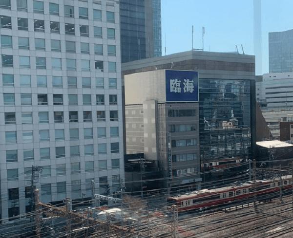 神奈川駅の人身事故で救護活動している画像