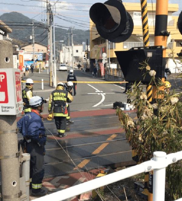 鹿児島本線の九産大前駅の人身事故で現場検証している画像