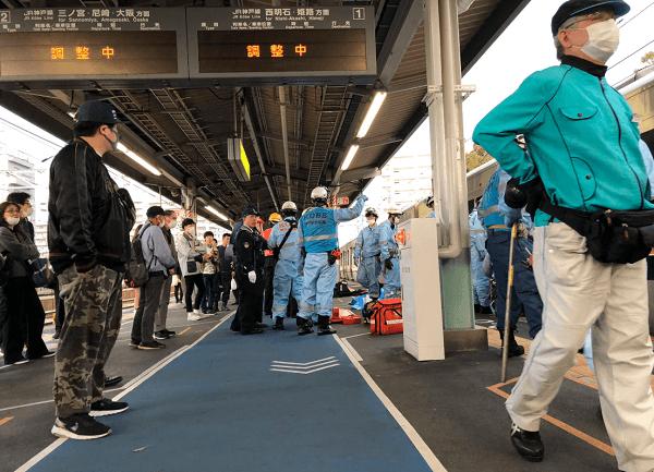 JR神戸線の垂水駅の人身事故で救護活動している画像