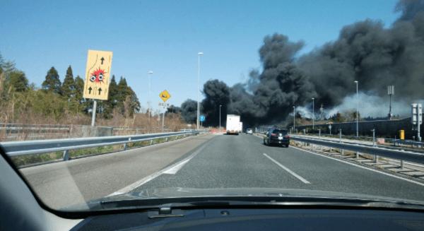 東名阪道の亀山PA付近で火事が起きている現場の画像