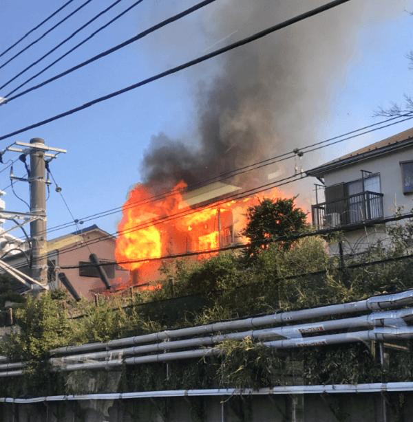 習志野市津田沼の住宅で火事が起きている現場の画像