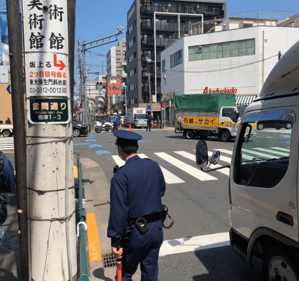 文京区根津の言問通りが事件で封鎖されている画像