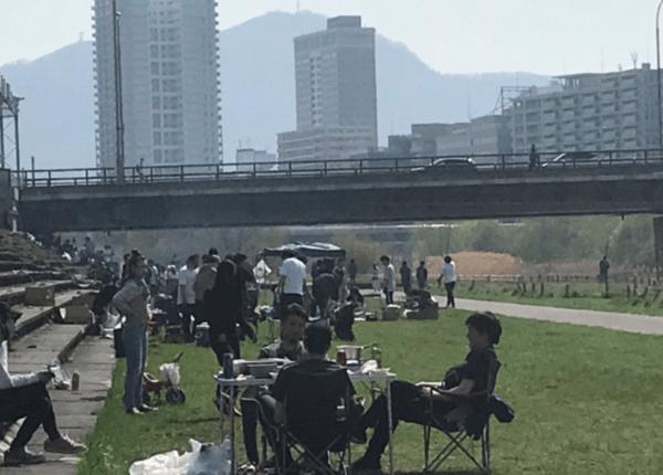札幌市の豊平川の河川敷でBBQしている画像