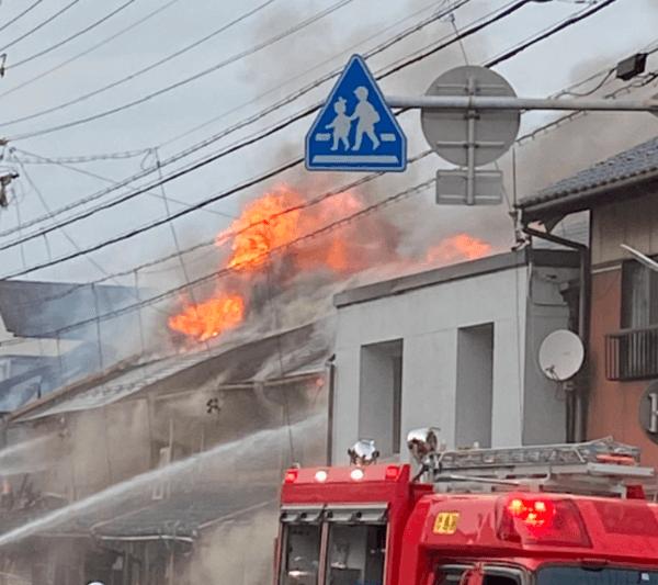 羽島市竹鼻町狐穴で火事が起きている現場の画像