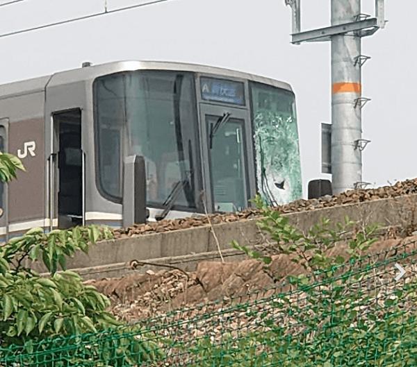 篠原駅の飛び込み自殺の人身事故でフロントガラスが割れている画像