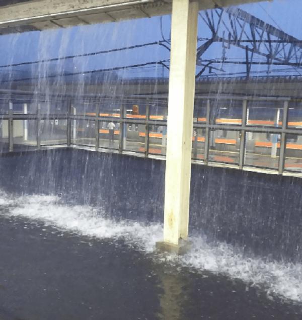 府中本町駅がゲリラ豪雨で冠水している画像