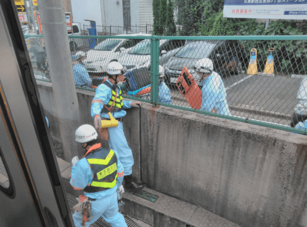 埼京線の人身事故で救急隊が到着している画像