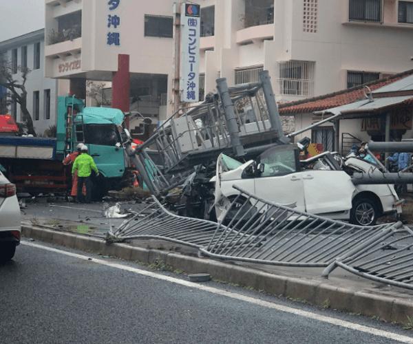 浦添市の中央分離帯乗り越えが正面衝突事故の画像