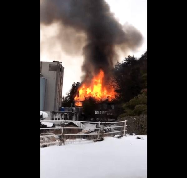 山ノ内町の旅館「よろづや」の火災現場の画像