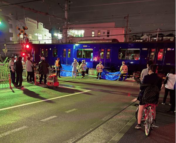 希望ヶ丘駅付近の踏切の人身事故で救助活動している画像