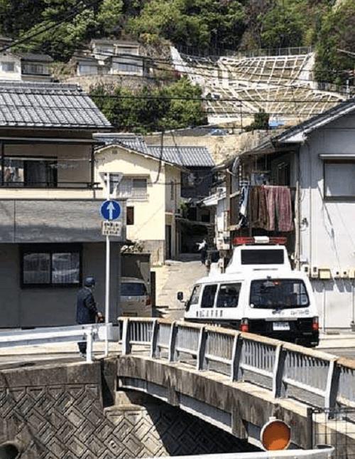 尾道市潮見町で殺人事件で捜査する画像